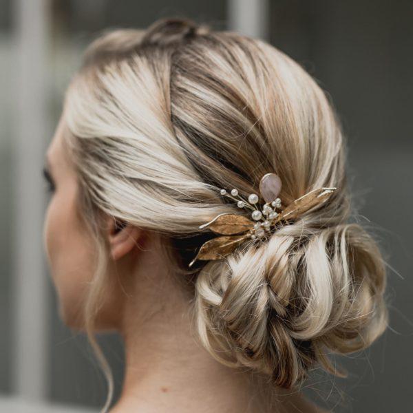peigne de mariage avec des perles et feuilles dorées pour coiffure de mariée