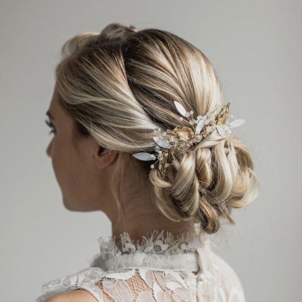 grand peigne de mariage en perle avec des feuilles dorées et blanches pour coiffure de mariée