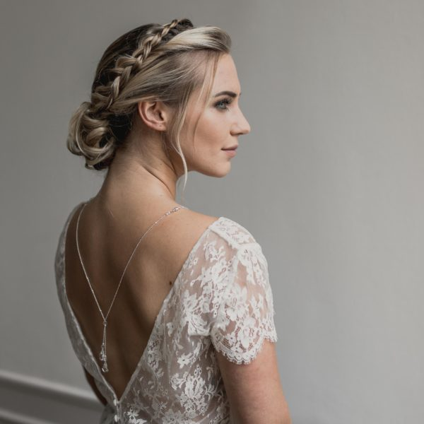 collier de mariage avec goutte en cristal pour robe de mariée dos nu