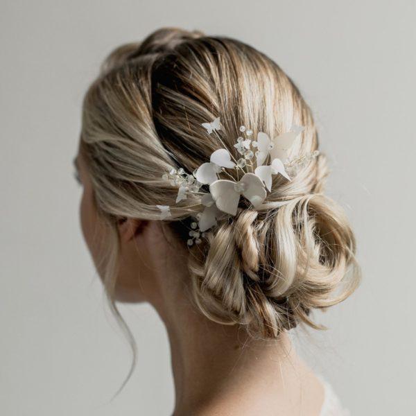grand peigne de mariée avec des papillons et des perles pour coiffure de mariage