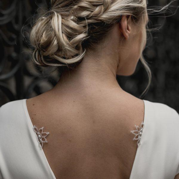 bijou de mariage en perle à coudre sur une robe de mariée
