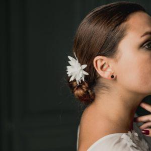 accessoire cheveux mariage en pompon pour coiffure de mariée