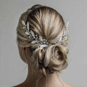 couronne de mariage en perles et feuilles blanches