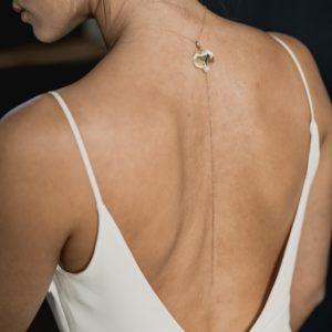 bijou de mariage pour robe de mariée dos nu avec une feuille dorée