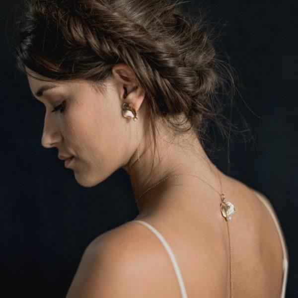 boucles d'oreilles de mariage longues avec une feuille dorée