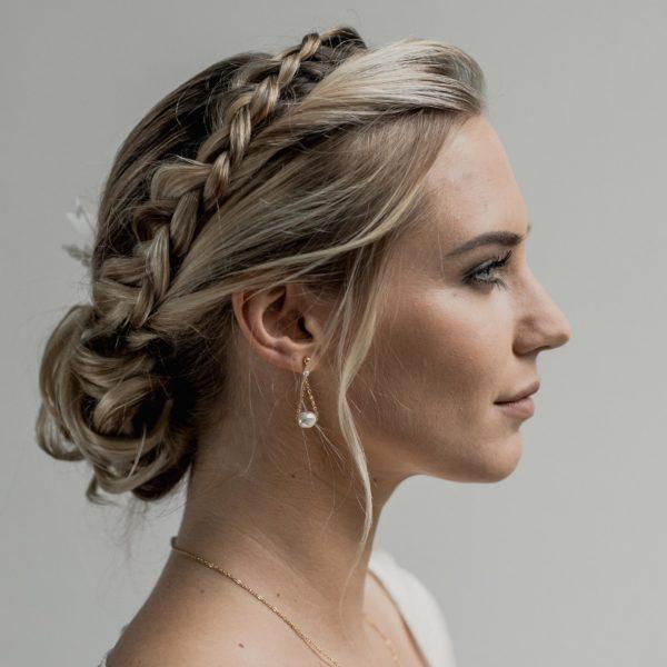 boucles d'oreilles de mariage simples et fines avec une perle baroque