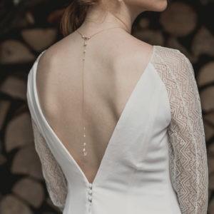 Bijou de mariage pour robe dos nu avec un goutte en quartz rose