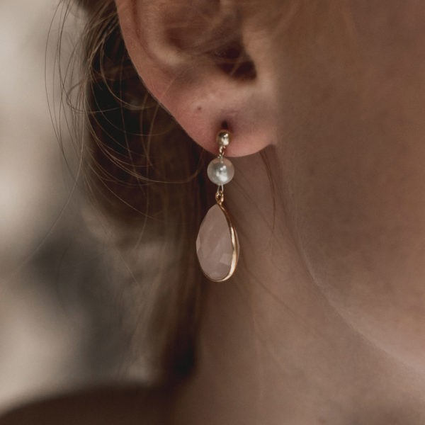 boucles d'oreilles de mariage avec une goutte en quartz rose