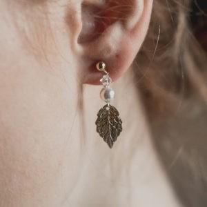 boucles d'oreilles de mariage en perle, avec une feuille