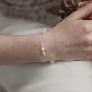 bracelet de mariage simple avec des petites perles, strass et cristal sur fil transparent