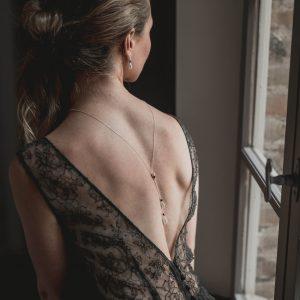 collier robe dos nu soirée et cocktail noir et perle