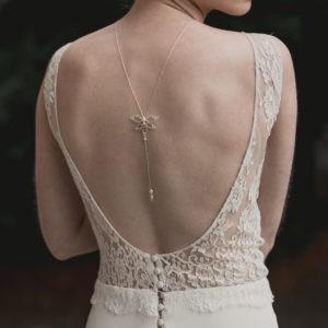 collier de dos pour robe dos nu avec une fleur