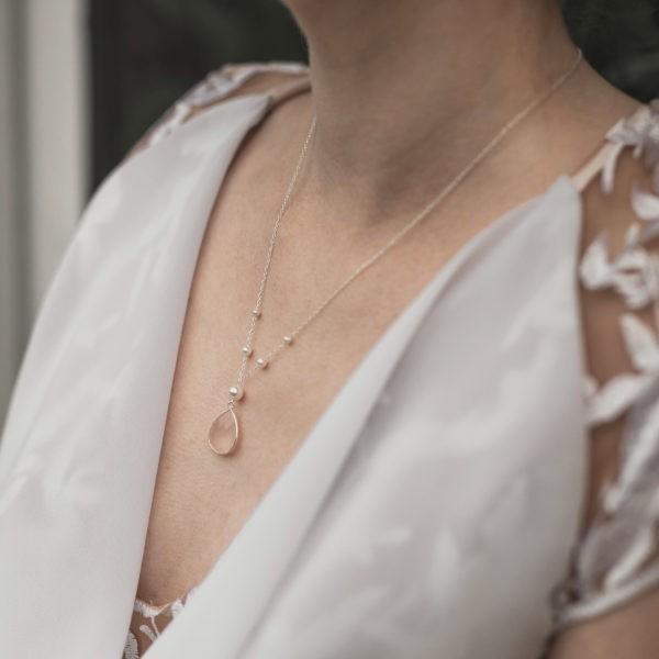 collier de mariée avec des perle et une goutte
