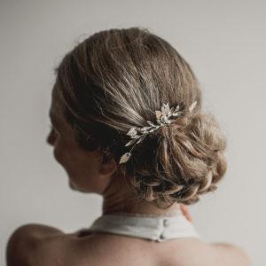 peigne de mariage avec des feuilles, strass et perles